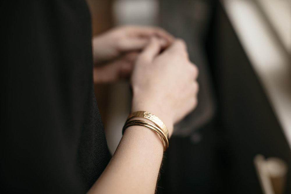 La collection de bijoux - Très rapidement, j'ai travaillé sur cette 1ere collection car elle est apparue comme une évidence à mes yeux. Les bijoux complètent nos tenues et nous subliment. Ils sont faits pour être portés et re-portés, pour nous suivre tout au long de nos diverses vies. Certains ne nous quittent pas et marquent les moments les plus heureux de nos vies.J'ai imaginé des bijoux de la meilleure qualité possible,que vous porterez longtemps, sans vous lasser. Des bijoux élégants, fins et de caractère.Dorés à l'or fin 24 carats,j'ai eu la chance de pouvoir collaborer avec un atelier parisien de renom.