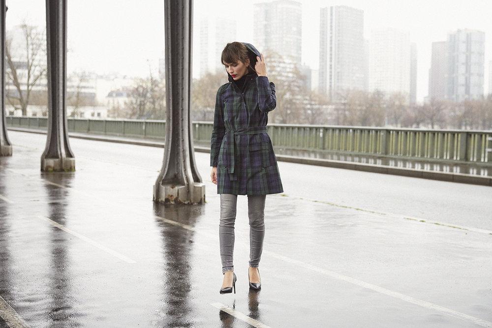 Celui qui va vous faire aimer la pluie, - Après une année de mise au point, d'échanges avec tisseur, modéliste et ateliers, je suis très fière de vous présenter le premier manteau Astrid Préel, Paul.À l'origine, un constat simple tiré lors d'une journée pluvieuse de mars: quoi mettre comme manteau? Comme vous toutes, j'ai plusieurs options: Le trench : très féminin mais of course sans capuche. La doudoune: tient chaud, mais dès que le printemps est là, on ne rêve que d'une chose: mettre au placard tout ce qui est synonyme de froid et d'hiver. Le ciré : parfait pour le crachin breton, mais pour aller au bureau, on a déjà vu plus glamour.