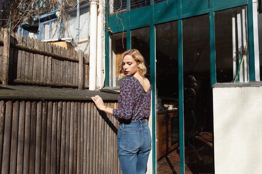 La blouse Romy - Le gilet Romy se décline dans sa version blouse: à porter de face comme de dos elle se glissera sous vos gilets et vos vestes de bureau et pourra ainsi vous accompagner tout au long de vos journées.Parce que cette aventure ne peut exister que si elle a du sens, étape par étape, les productions 100% européennes s'organisent : pour cette première version j'ai eu à coeur de travailler une matière issue de fibres 100% recyclées, toujours certifiée OEKO-TEX.