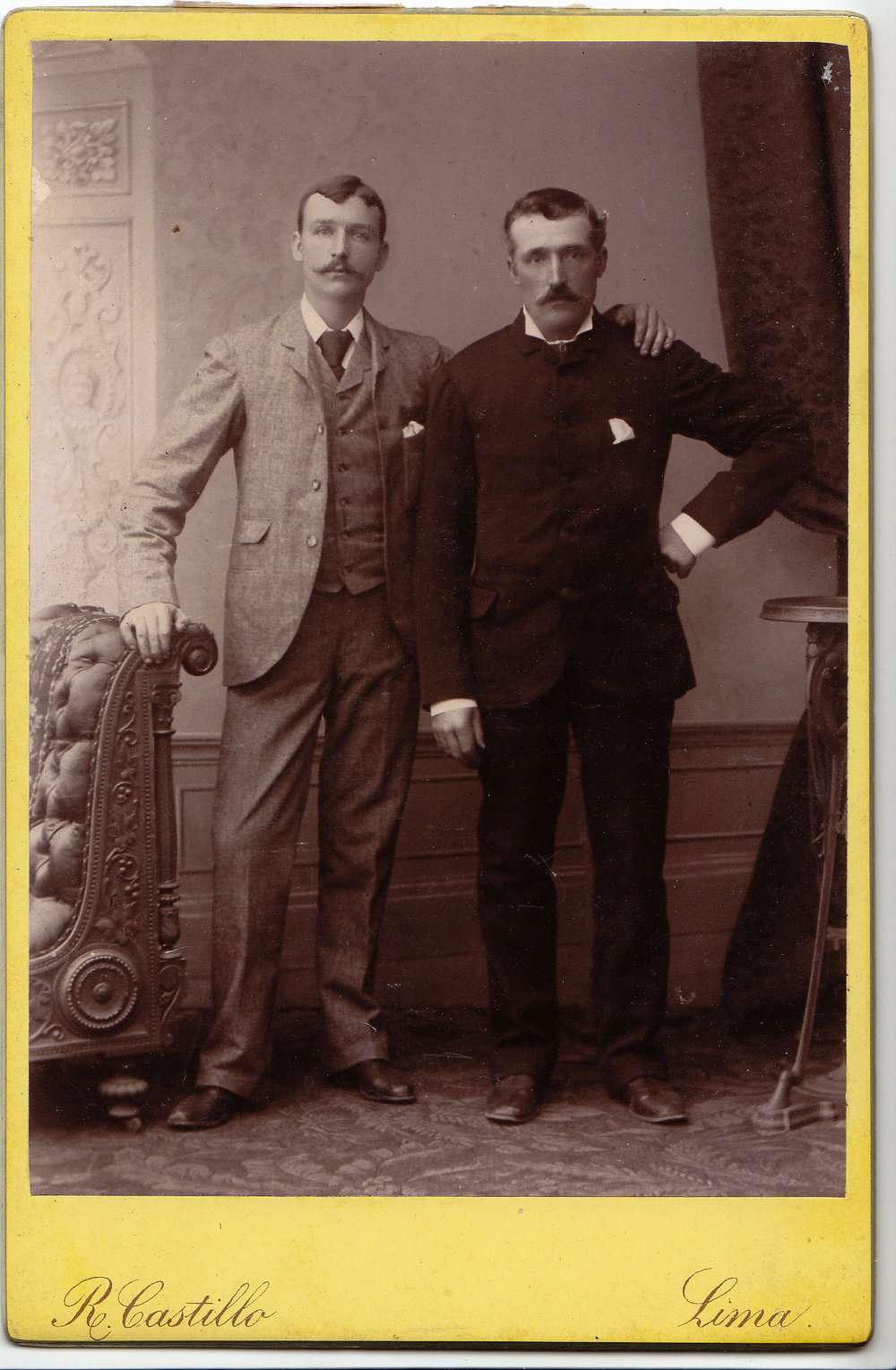 Llun o William Keen Whiteway a David Davies. Does dim dyddiad. Ond mae'r llun wedi ei gymryd yn Lima, Perw. Ar ôl diwedd y rhyfel yn Chile, efallai?  A photograph of William Keen Whiteway and David Davies. There is no date. But the picture has been taken in Lima, Peru. After the end of the war in Chile, perhaps?