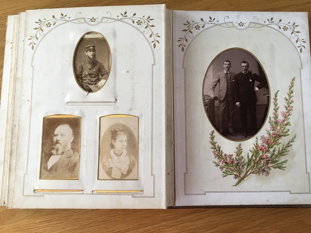 Tudalennau addurniedig yr albwm.  The decorated pages of the album.