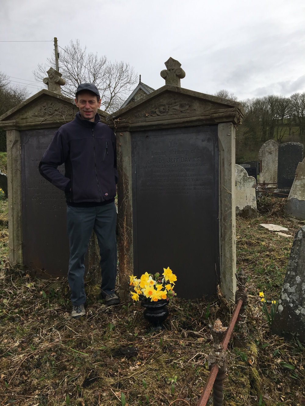 Fy mrawd, Gareth Davies, yn sefyll ar bwys y bedd. Ni yw'r bobl gyntaf i osod blodau ar ei fedd ers blynyddoedd maith rwy'n credu.  My brother, Gareth Davies, by the graveside. I suspect we are the first people to lay flowers on his grave for a very long time.