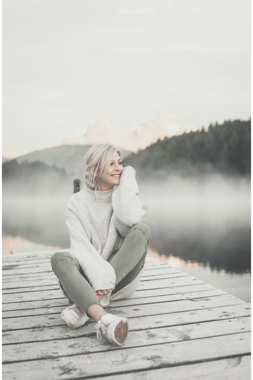 """Einige Fakten über mich - Ich heiße Nadia, bin 21 Jahre jung und in den Schweizer Bergen zwischen Schnee & auf Ski-Langlaufskiiern aufgewachsen.Mit 19 erschien mein erstes Buch """"Eat Better Not Less"""" - nicht nur der Titel, sondern auch meine Lebenseinstellung (heute in der 15. Auflage).Fotografie ist seit meiner Jugend eine riesige Leidenschaft von mir. Diese zusammen mit dem Kochen zu verbinden macht mich einfach nur glücklich! Die Emotionen von Gerichten kann man nämlich genau so gut einfangen wie die der Menschen!Mathe? Mag ich GAR nicht, vor allem wenn Buchstaben ins Spiel kommen!Eine Gleichung die für mich aber 100% Sinn macht?Kochen + Fotografieren = KunstOder Gutes Essen + gute Leute= Genuss & Freude pur!Mich gibt's selten ohne ein Lächeln im Gesicht. (Ausser ich bin mal wieder in den Wolken und träume rum. Meist natürlich an neuen Rezeptkreationen)Man sagt ja: An apple a day, keeps the doctor away. Bei mir """"keep't"""" das so ziemlich alles away, auch schlechte Laune. Beste Medizin ich sags euch!Frisch aus dem Ofen & extraknuspriges Granola mit selbst gemachter Haselnuss-Kakaomilch. Suchtgefahr hoch 240'000! Dafür hat's wirklich immer Platz! P.S. Das Rezept dazu gibt's in meinem neuen Kochbuch mhhhh!Bleiben wir gleich bei Schokolade. Dunkle Schokolade mit gerösteten Nüssen am liebsten! Als Schweizerin darf ich das, schließlich muss ich ja mein Land würdig vertreten.Oh und ich trinke jeden Abend eine heisse Schokolade, egal ob Sommer oder Winter. Mandelmilch, Kakaopulver, Kokosblütenzucker, Zimt, etwas Kardamom, Vanille. Naja, eigentlich esse ich die. Denn ich habe einen tollen Schäumer und schäume die Milch zu dickem Schaum, esse den Schaum, schäume nochmals, esse den Schaum- bis zum letzten..Schaum eben haha!"""