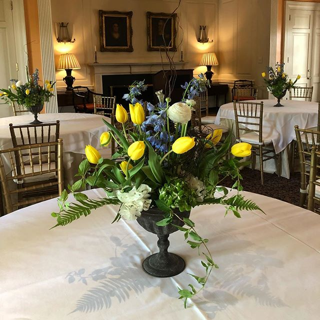 Garden style arrangements for a dinner tonight 💛💚💙 #springarrangement #blueandyellow