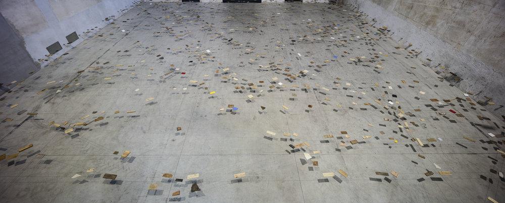 Left-Behind Situation , 1972/2016 捨置状況 ( Shachi Jōkyō ) Wood, stone, wire rope 500 x 2400 x 2200 cm Installation view, Kishio Suga: Situations , Pirelli HangarBicocca, Milan, 2016 Photo: Agostino Osio; Courtesy Pirelli HangarBicocca, Milan