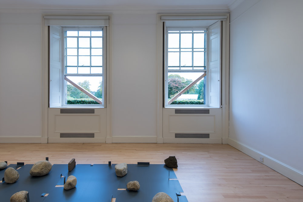 Infinite Situation I (window) , 1970/2016 無限状況 I (窓) ( M  ugen Jōkyō I [Mado])  Wood, window, landscape Installation view,  Karla Black and Kishio Suga; A New Order , Scottish National Gallery of Modern Art, Edinburgh, 2016 Photo: Sam Drake; Courtesy National Galleries of Scotland