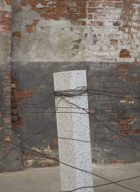 Placement of Condition, 1973/2016 [detail] 状況置 (J ōkyōchi ) Granite, wire Dimensions variable Installation view, Kishio Suga ,Dia:Chelsea, New York, NY, 2016 Photo:Bill Jacobson Studio, New York Courtesy Dia Art Foundation, New York