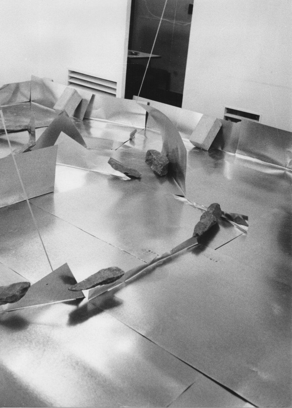 Separating Dependence , 1973 依存差 ( Izonsa ) Zinc plates, steel bars, concrete blocks, stones 620 x 580 x 300 cm Installation view at Satou Gallery, Tokyo, 1973 Photo: Shigeo Anzai