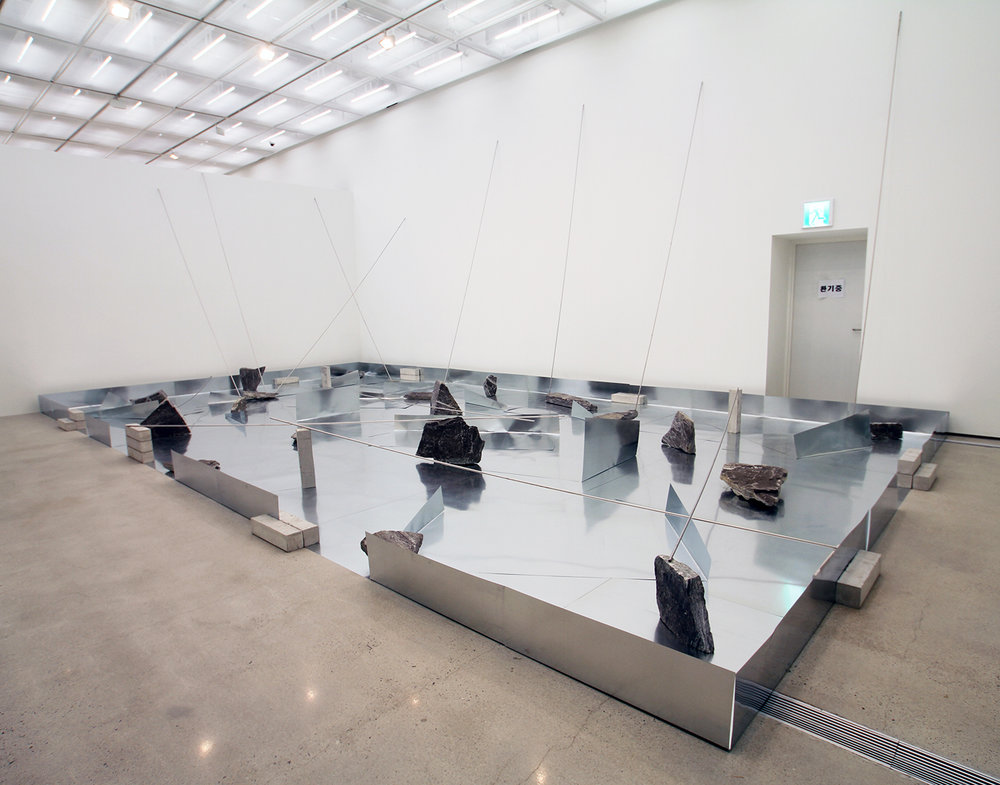 Separating Dependence , 1973/2013 依存差 ( Izonsa ) Zinc plates, steel bars, concrete blocks, stones 415 x 1026 x 568 cm Installation view,  Connecting_Unfolding , National Museum of Modern and Contemporary Art, Seoul, 2013 Photo: Tsuyoshi Satoh