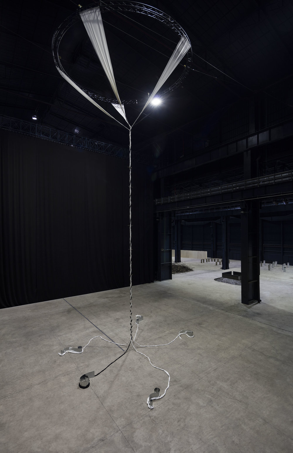 Critical Sections , 1984/2016 節の臨界 ( setsu no rinkai ) Cloth, twigs, zinc plates Installation view, Kishio Suga: Situations , Pirelli HangarBicocca, Milan, 2016 Photo: Agostino Osio; Courtesy Pirelli HangarBicocca, Milan