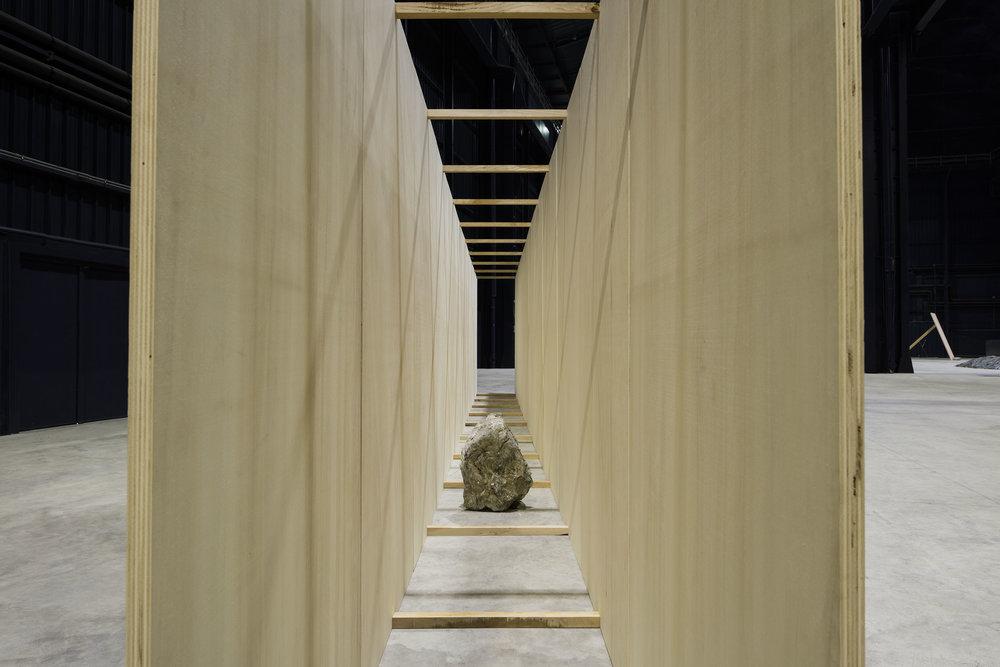 Exposed Realm , 1986/2016 露界( Rokai ) Wood, plywood, stones 250 x 13.5 x 85 cm Installation view, Kishio Suga: Situations , Pirelli HangarBicocca, Milan, 2016 Photo: Agostino Osio; Courtesy Pirelli HangarBicocca, Milan