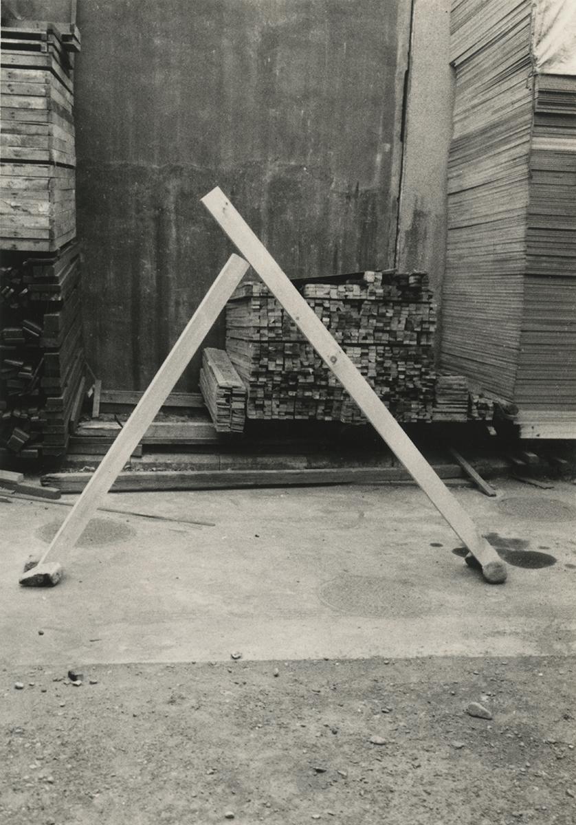 Diagonal Phase , 1969 斜位相 ( Shaisō ) Wood, stones Dimensions variable Installation view at Fujimicho Atelier, Yokohama, 1969 Photo: Kishio Suga