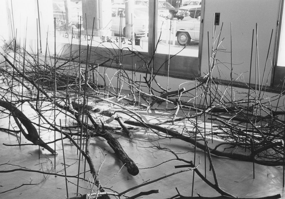Condition of Situated Units , 1975  位況 ( Ikyō ) Branches, metal rods Dimensions variable Installation view, Tokiwa Gallery, Tokyo, 1975 Photo: Kishio Suga