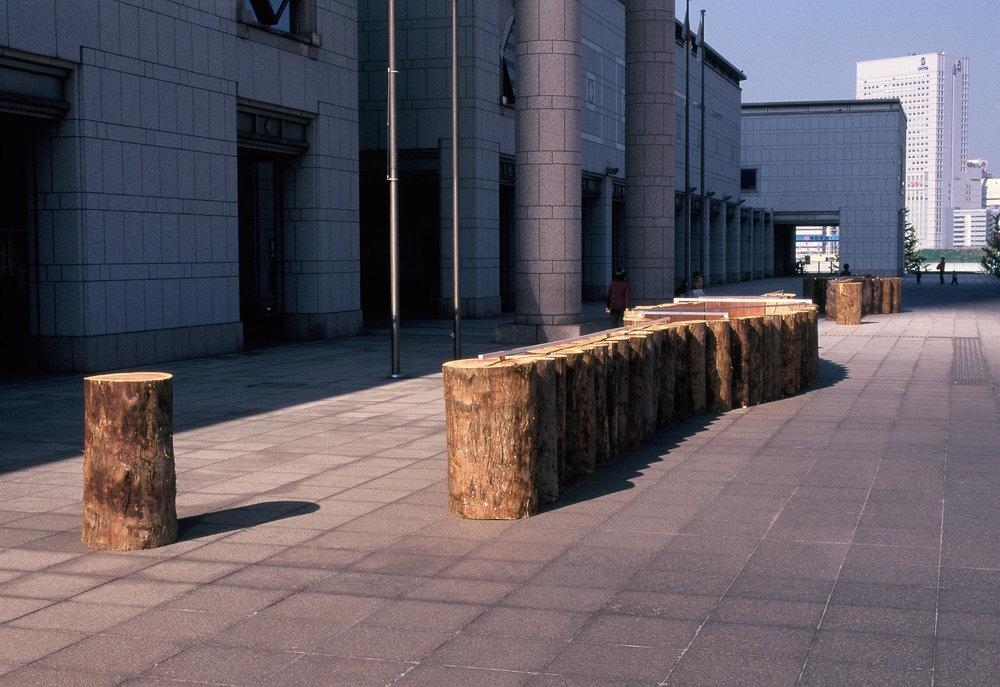 Kishio Suga,  Cause of Scattered Boundaries and Edges.  Installation view,   Yokohama Museum of Art, 1998. Photo: Tsuyoshi Satoh.