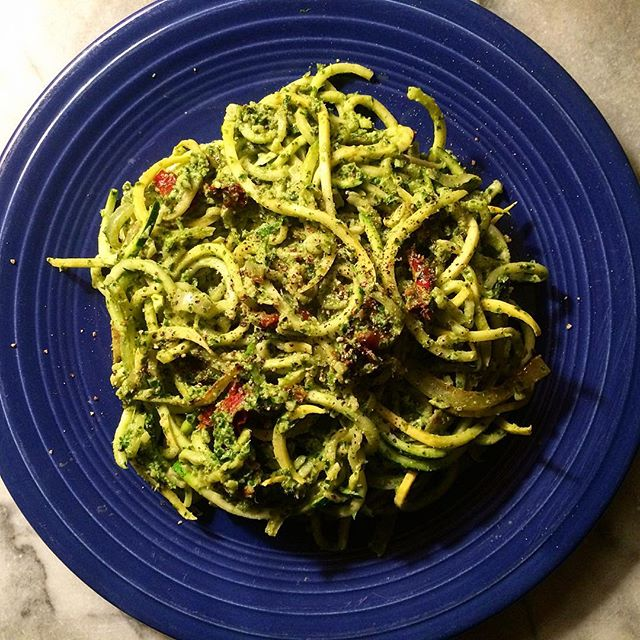 Thanksgiving eve dinner: zoodles with kale pesto and sun dried tomatoes 😋 #vegan #plantbased #eatyourgreens #veggies #poweredbyplants #thanksgivingeve