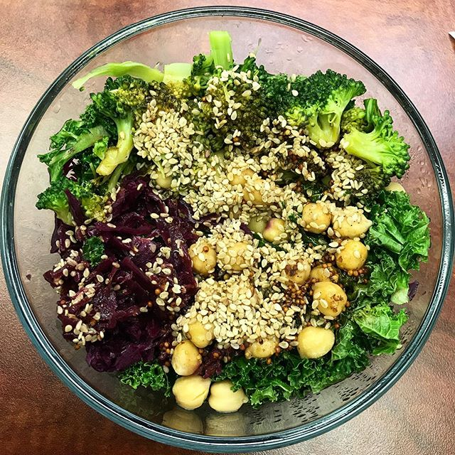 I'm still here, just very busy at the moment, sorry! This is my go-to working-girl kale bowl lunch that I eat everyday. I prepare it the night before and reheat at lunch: kale, red cabbage and apples (or sauerkraut), chickpeas (or any bean), and leftover veggies drizzled with homemade balsamic dressing and topped with sesame seeds. #eatyourgreens #plantpowered #vegan #lunchboxlove #packedlunch #workinggirl #buddhabowl
