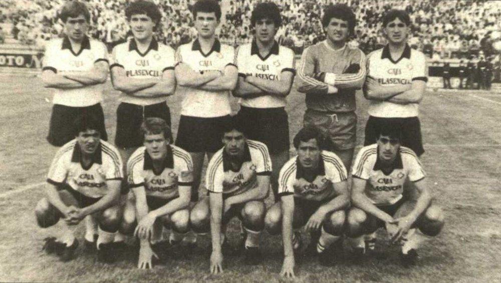 HISTORIA... - La Unión Polideportiva Plasenciafue fundada en 1945 y actualmente juega en el Grupo 14 de la Tercera División de España.Ha jugado 5 temporadas en Segunda B ascendiendo en 3 ocasiones. Su mejor posición ha sido 13º en las temporadas 1985-1986 y 1997-1998. Es el segundo club histórico de la provincia de Cáceres. Tiene una gran rivalidad con el Ciudad de Plasencia y con el CP Cacereño. En la temporada 2015-16 ascendió a Tercera División de España. Más Sobre el CLUB >>