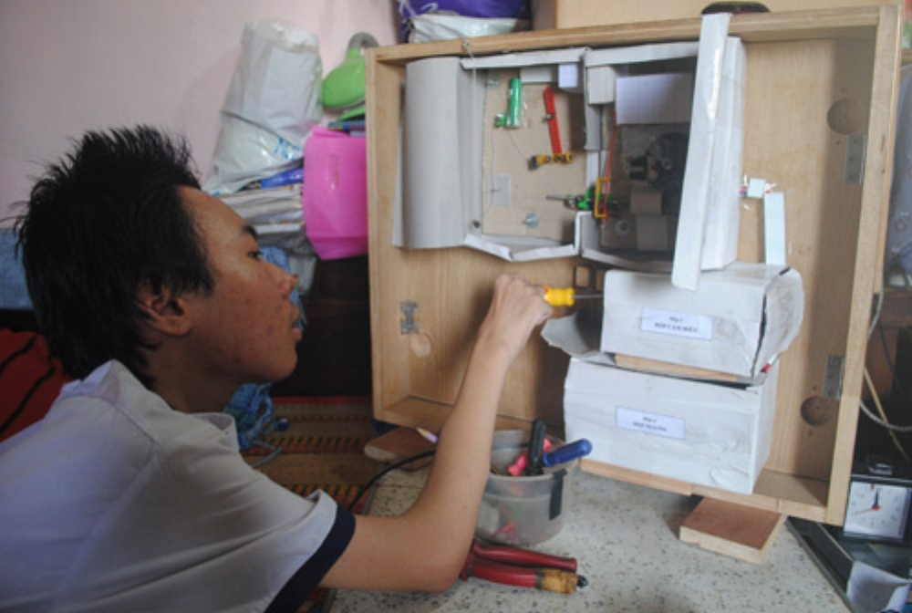 """Sản phẩm Hệ thống mở khóa tự động của em học sinh khuyết tật Trần Phan Thanh Hải (Q.3, TP.HCM) đã được giới thiệu tại chương trình truyền hình """"Sáng tạo trẻ"""" vào tháng 11/2015. Ảnh: Hà Thế An."""