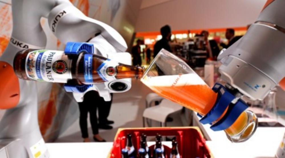 Một cánh tay robot của hãng sản xuất Đức Kuka đang biểu diễn tại một hội chợ công nghiệp ở thành phố Hanover (Đức) năm 2017