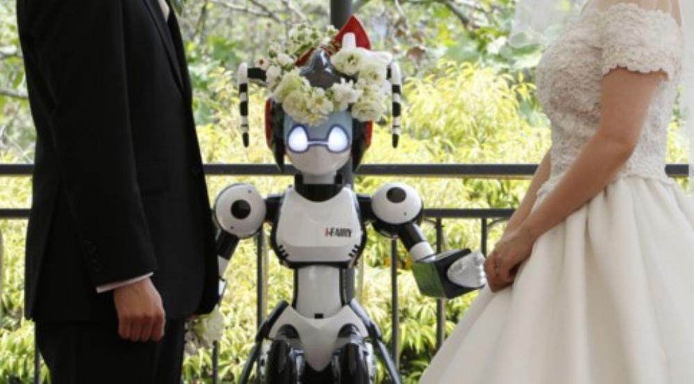 """Robot """"I-Fairy"""" xuất hiện với tư cách người làm chứng trong một đám cưới ở Tokyo năm 2010"""
