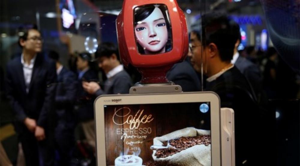 """Robot mang tên """"Commerce Bot"""" chuyên cung cấp dịch vụ khách hàng. Nó được phát triển với công nghệ AI và nhận dạng tiếng nói, được triển lãm tại gian hàng SK telecom ở hội nghị Mobile World tại Barcelona (Tây Ban Nha) năm nay"""