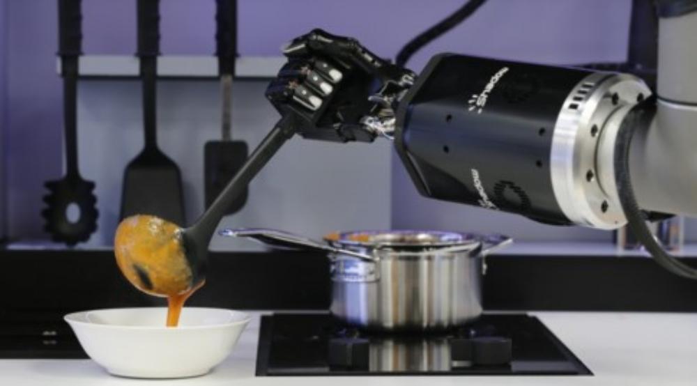 """Nguyên mẫu """"Robotic Kitchen"""" là sản phẩm của Moley Roboticsat đang được trưng bày tại gian hàng của công ty ở hội chợ công nghiệp ở thành phố Hanover năm 2015"""