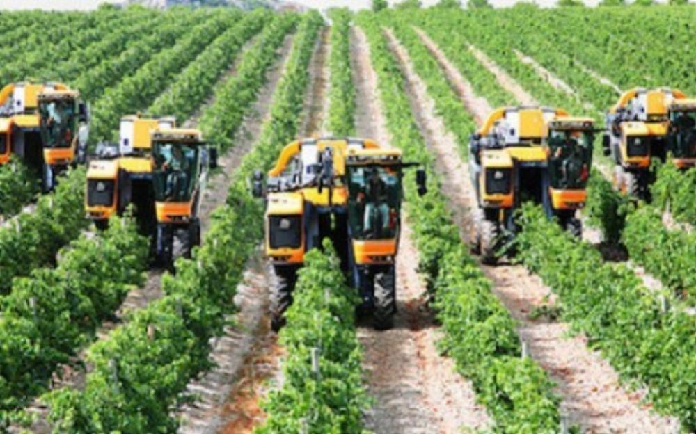 Máy móc hỗ trợ tích cực cho nông dân trong sản xuất nông nghiệp (Ảnh: KT)