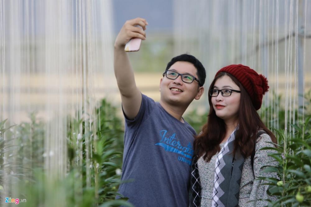 Hai bạn trẻ Kim Hiền và Anh Khoa (Tân Bình, TP.HCM) thích thú chụp ảnh lưu niệm trong không gian độc đáo của dàn dây treo.