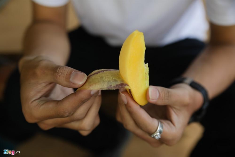 Du khách được mời ăn thử dưa Pepino tại vườn, loại dưa này có vỏ mỏng, dễ lột và không hạt.