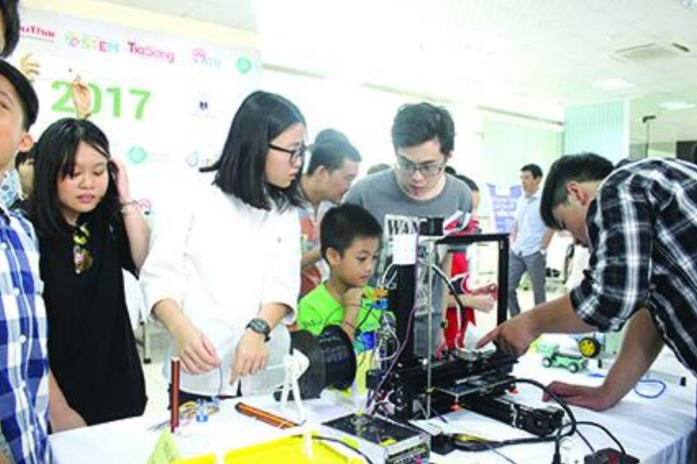 Cần triển khai giáo dục STEM từ phổ thông. Ảnh: Học sinh thử nghiệm máy in 3D trong ngày hội STEM năm 2017.
