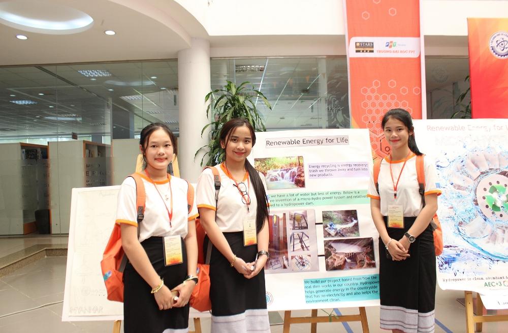 Nhóm thí sinh của Lào trước phần thi trình bày Poster về dự án nghiên cứu khoa học của mình.