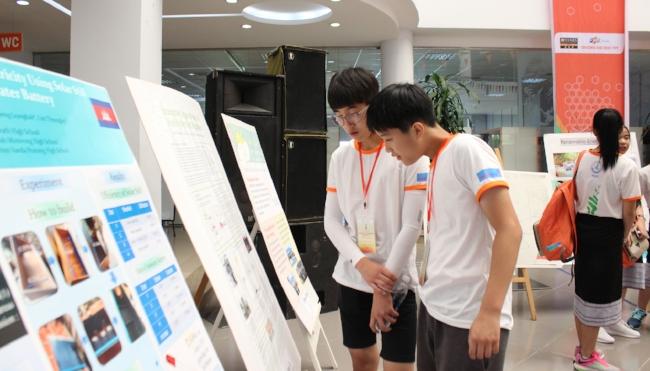 Thí sinh Hàn Quốc tìm hiểu Poster của các đội khác.