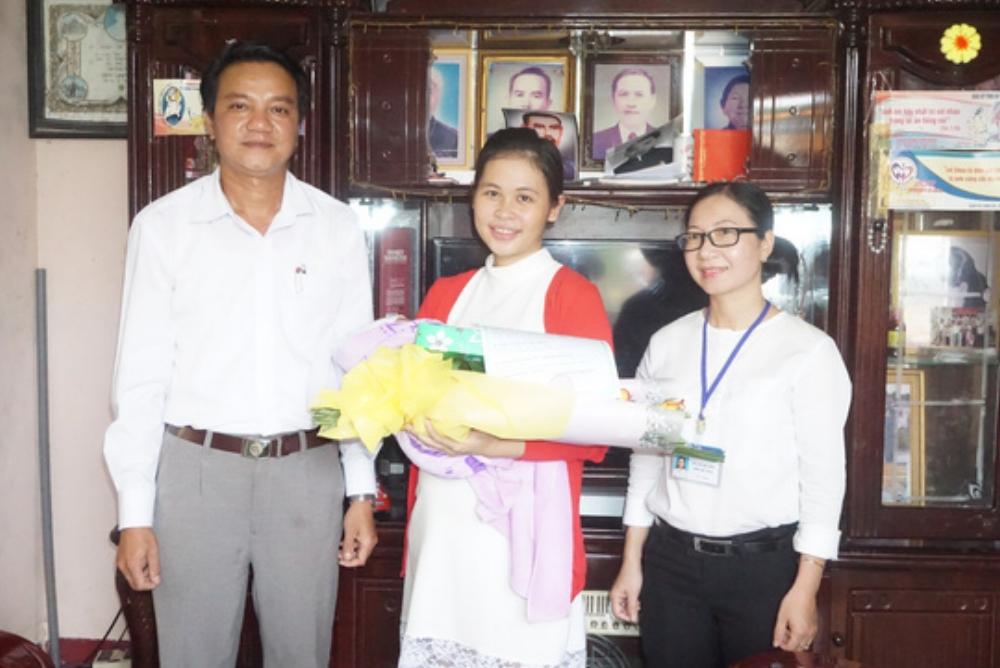 Cán bộ huyện Châu Đức trao giấy khai sinh tại nhà cho chị Nguyễn Thị Thanh Tuyền