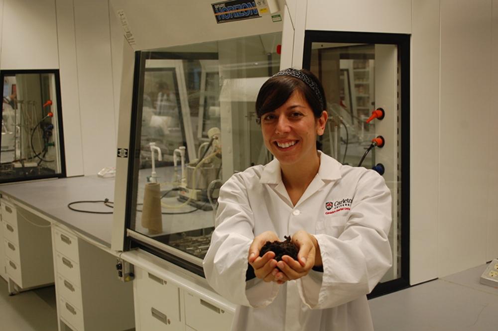 Nhà khoa học Maria DeRosa và sản phẩm phân bón thông minh. Ảnh: Future Farming