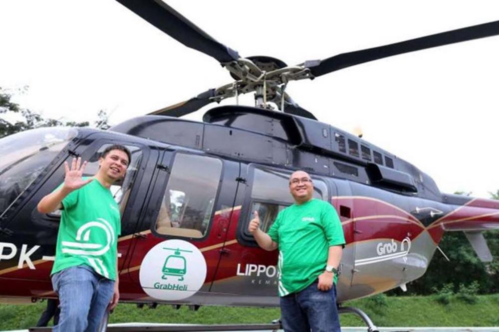 Ridzki Kramadibrata (trái), Giám đốc điều hành Grab Indonesia và Mediko Azwar, Giám đốc tiếp thị Grab trong lần sử dụng dịch vụ trực thăng tại Jakarta hồi tháng 6.2017