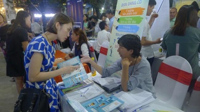 Đại diện Trung tâm sáng tạo và ươm tạo doanh nghiệp, ĐH Nguyễn Tất Thành đang giới thiệu các chương trình hỗ trợ doanh nghiệp khởi nghiệp cho khách tham quan. Ảnh: Ngọc Sơn.