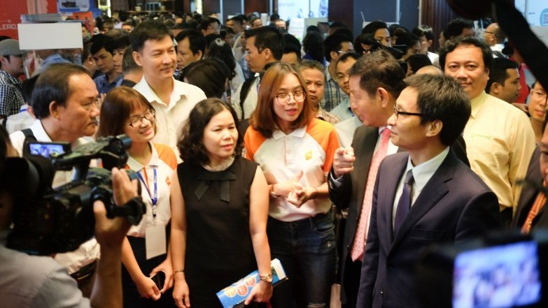 Phó Thủ tướng Vũ Đức Đam thăm quan gian hàng của VNG. Đây cũng là doanh nghiệp có màn trình diễn công nghệ ấn tượng nhất tại Vietnam ICT Summit năm nay.