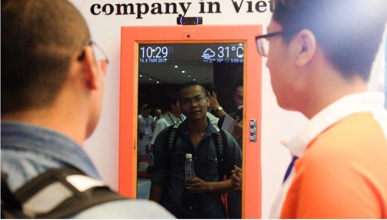 Một trong số các sản phẩm gây ấn tượng của VNG là chiếc gương thông minh. Đây là mẫu gương được tích hợp các tính năng của một chiếc smartphone. Bao gồm khả năng thông báo thời tiết, bản đồ, chụp ảnh… Theo lời nhà sản xuất, VNG hiện đang dần hoàn thiện sản phẩm này để sớm giới thiệu ra thị trường.