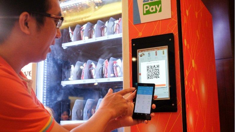 Một điểm nhấn công nghệ đáng chú ý khác là hệ thống thanh toán qua smartphone với tên gọi ZaloPay. Để minh chứng cho khả năng làm việc của hệ thống này, nhà sản xuất đã đem tới một chiếc máy bán nước có tích hợp công nghệ thanh toán qua di động.