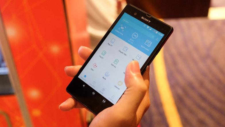 Sau khi chọn mua món hàng, trên màn hình của chiếc máy bán nước sẽ hiển thị một mã QR code. Công việc của người dùng là vào ứng dụng ZaloPay trên điện thoại và bật tính năng nhận mã QR để tiến hành thanh toán.