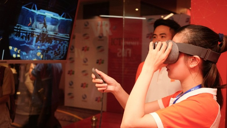 Sản phẩm thứ ba được VNG giới thiệu tại Vietnam ICT Summit 2017 là game thực tế ảo Dead Target: Zombie Games. Không chỉ là một tựa game trên di động đơn thuần, người dùng có thể tích hợp Dead Target với những chiếc kính thực tế ảo để có trải nghiệm chơi game sống động như thật. Tựa game này hiện đã có hàng triệu lượt tải và đứng ở thứ hạng cao tại các trang web đánh giá game toàn cầu.