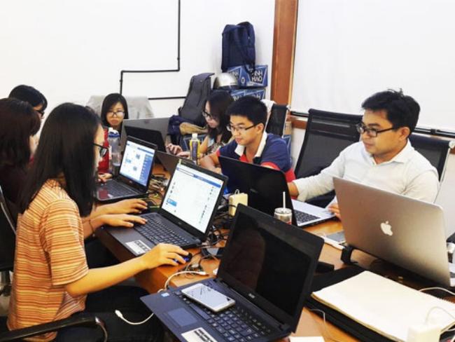 Anh Cao Thanh Hải (giữa) đang làm việc trong văn phòng được SIHUB cung cấp. (Ảnh: Alfazi)