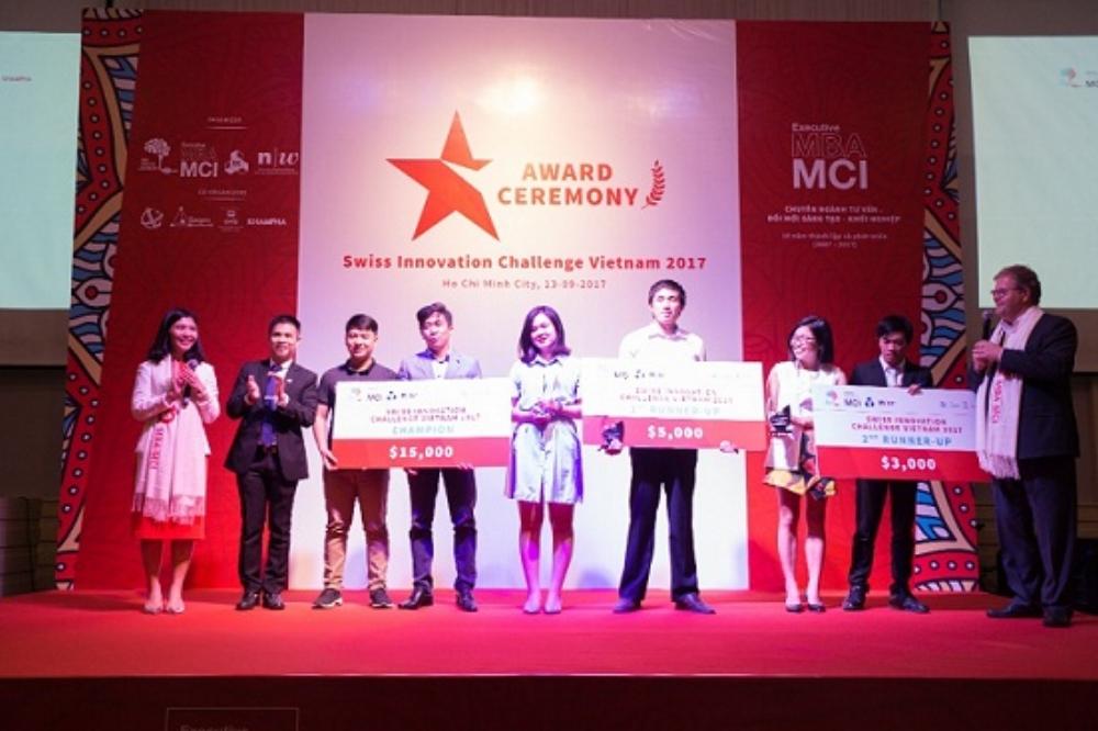 Đại diện Ban Tổ chức trao giải cho 3 đội xuất sắc nhất.