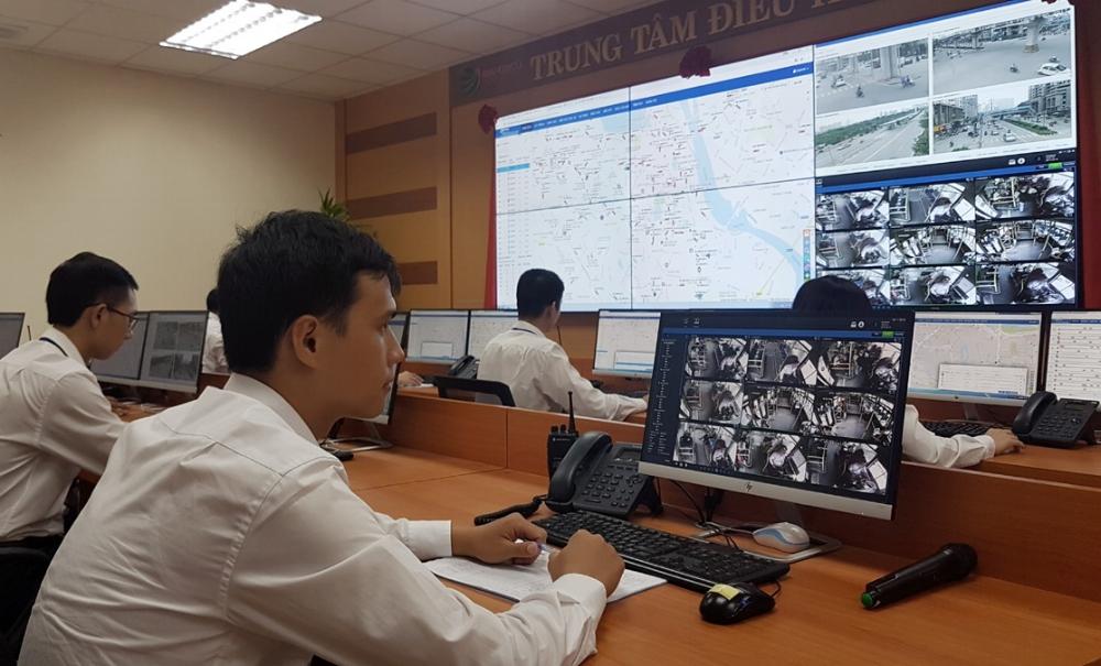 Trung tâm điều hành xe buýt căn cứ vào dữ liệu truyền trực tiếp từ các xe buýt để điều hành hoạt động xe buýt trên thực tế và giám sát, phát hiện những trường hợp vi phạm của tài xế xe buýt - Ảnh: TUẤN PHÙNG