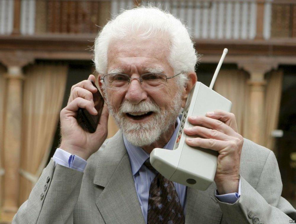 """03/04/1973 - điện thoại di động - Một nhân viên của hãng điện thoại Motorola tên là Martin Cooper đã thực hiện cuộc gọi di động đầu tiên. Ông không nhớ nội dung đoạn hội thoại và cho biết là đã nói """"'tôi chỉ gọi để xem thử bạn có nghe rõ không' hoặc một câu tương tự nào đó."""""""