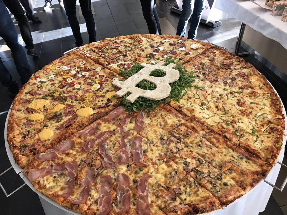 17/05/2010 - Bitcoin - Nhà phát triển phần mềm Laszlo Hanyecz hoàn thành giao dịch tiền ảo bitcoin thương mại đầu tiên - ông đã đổi 10.000 bitcoin lấy 2 chiếc bánh pizza cỡ lớn từ quán Papa John's ở Florida. Số bitcoin này đáng giá 30 đôla Mỹ vào thời điểm giao dịch trên diễn ra, nhưng hiện tại giá của chúng lên đến 40 triệu đôla Mỹ.