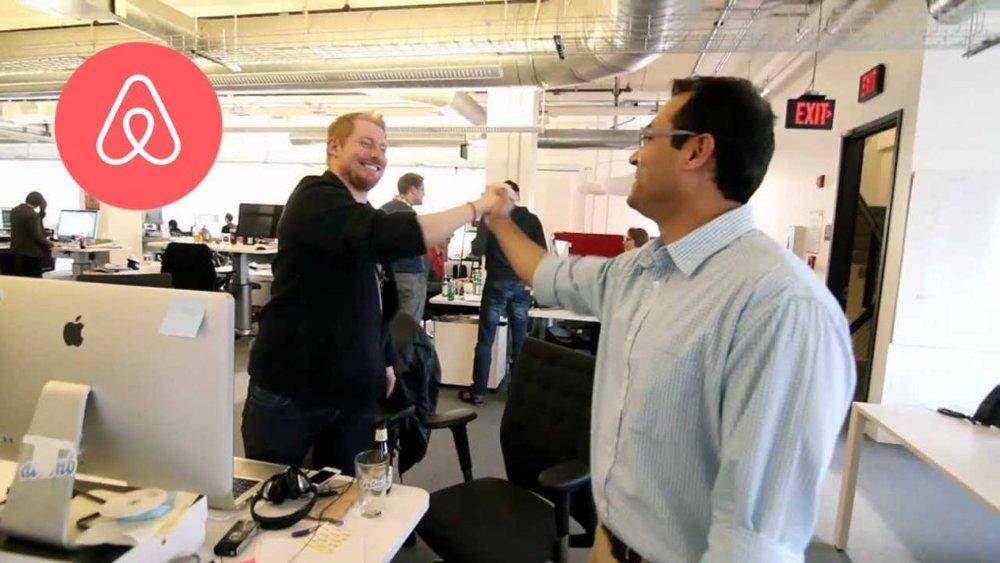 10/2007 - Airbnb - Chàng sinh viên thiết kế người Ấn Độ Amol Surve trở thành người đầu tiên sử dụng dịch vụ đặt phòng lưu trú Airbnb do hai nhà đồng sáng lập Brian Chesky và Joe Gebbia cung cấp tại San Francisco.