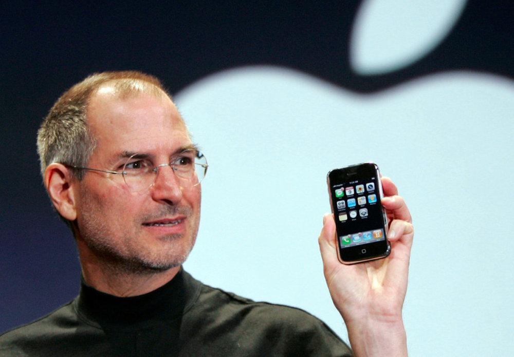 09/01/2007 - Iphone - CEO Apple Steve Jobs, trong chiếc áo cổ lọ đặc trưng của ông, trình làng chiếc điện thoại iPhone đầu tiên trên sân khấu hội nghị Macworld tại San Francisco.