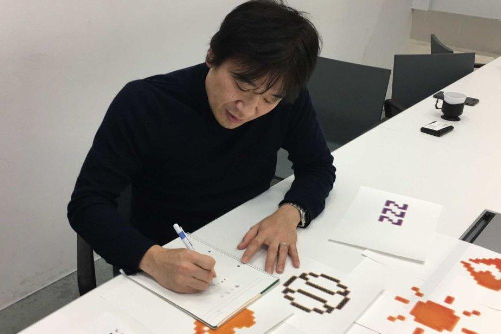 1999 - Emoji - Shigetaka Kurita thiết kế những nguyên bản biểu tượng cảm xúc (emoji) đầu tiên dưới dạng những bức ảnh 12x12 pixel vốn để hiển thị trên điện thoại di động. Bộ biểu tượng cảm xúc đầu tiên này bao gồm 176 mẫu với chỉ 6 màu.