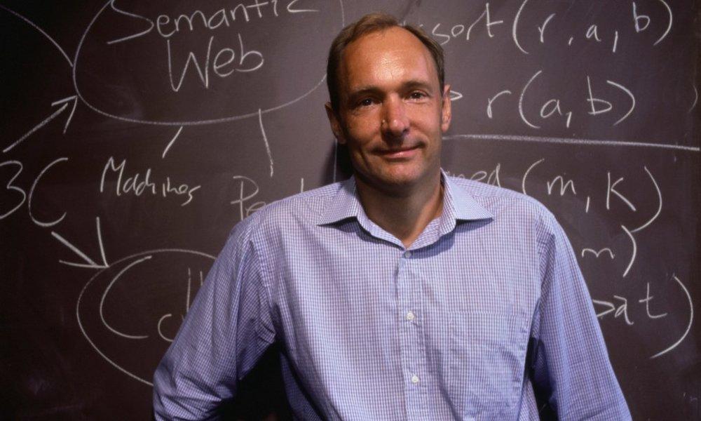 Tháng 11/1992 - Web - Tim Berners-Lee, một nhà nghiên cứu của Tổ chức Nghiên cứu Hạt nhân Châu Âu (CERN) đã trình làng trang web đầu tiên đúng nghĩa với khái niệm 'web' hiện giờ.